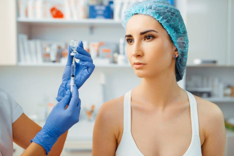 Cosmetician makes botox therapy to female patient